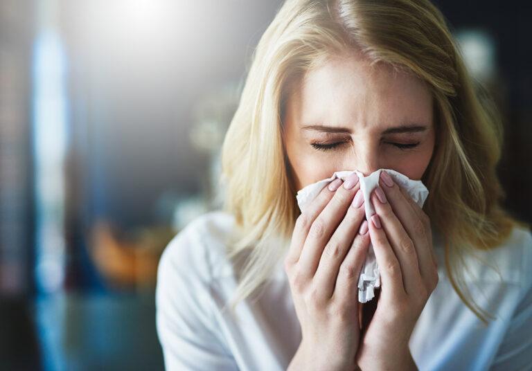nainen flunssassa