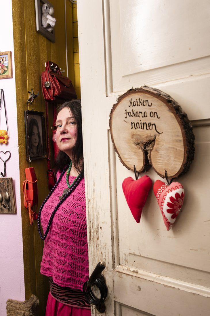 Taideprojektien ohella Rukan päivät kuluvat eläinten hoitamisessa, talon lämmityksessä ja pihahommissa.