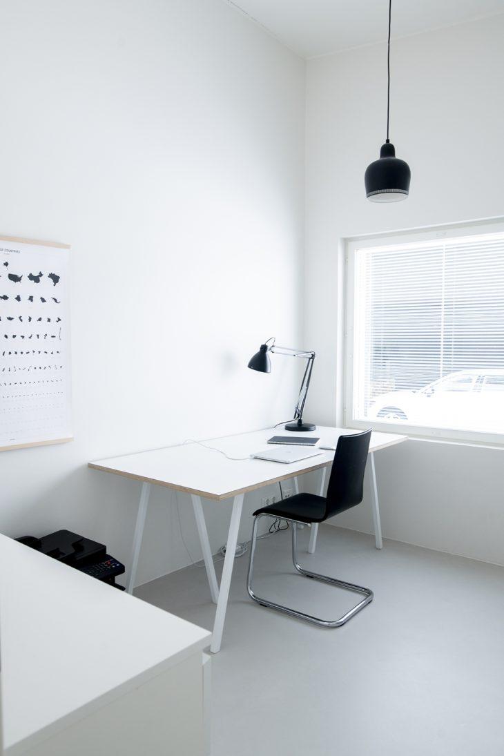 Minimalismia myös työhuoneessa. Siellä ajatuksilla on tilaa lentää.