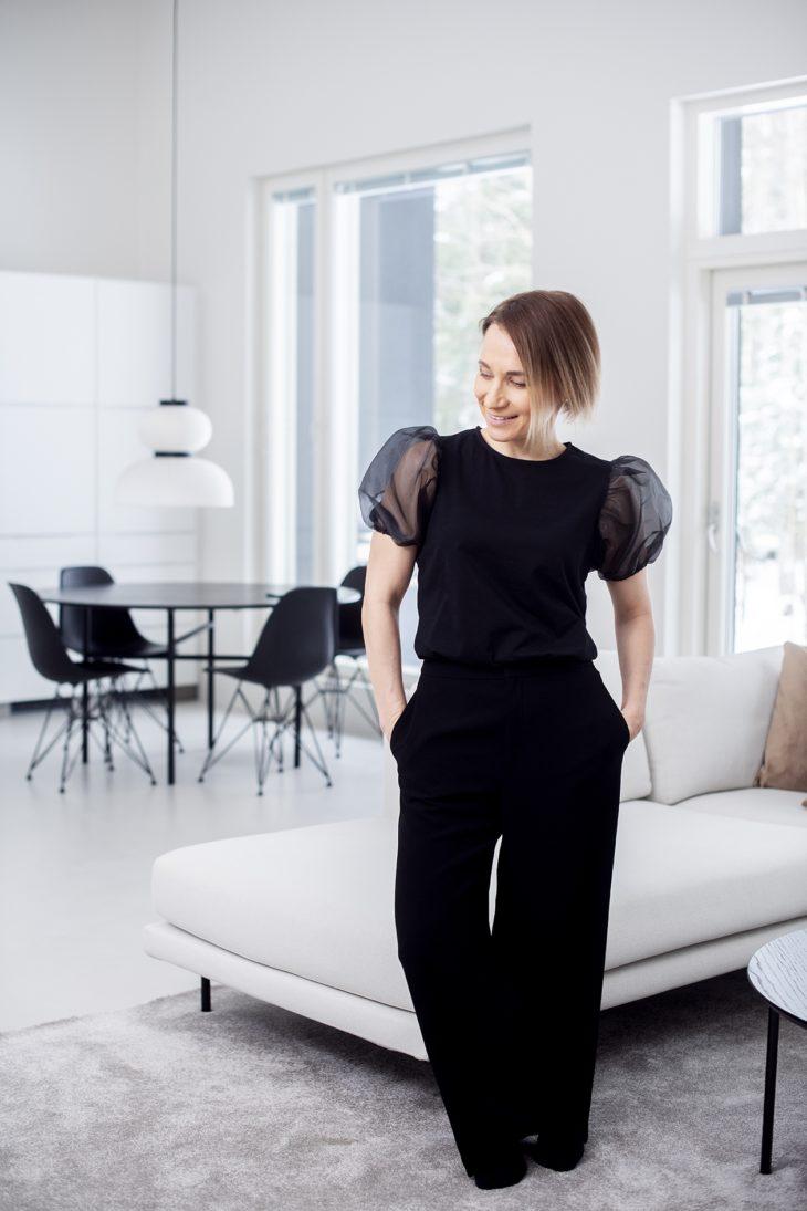 Minimalismi näkyy myös väreissä. Mustan ja valkoisen ohella Tiina suosii maanläheisiä värejä.