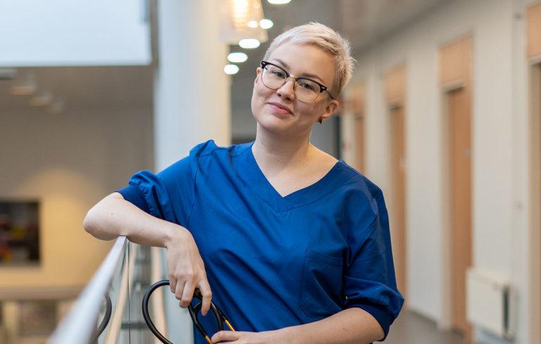 Lääkäri Anni eli Anni Saukkola tunnetaan suositusta sometilistään. Kuvassa Anni Saukkola.