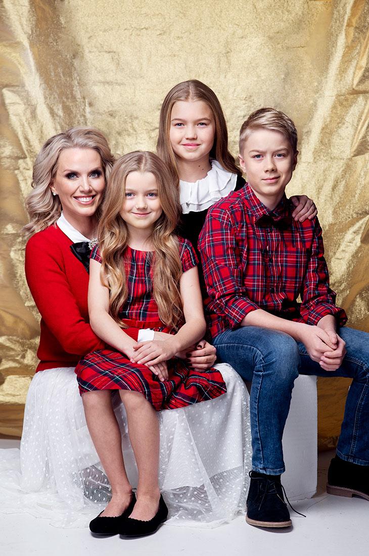 Piritta Hagman on kolmen lapsen äiti. Kuvassa Piritta lastensa kanssa Annan kuvauksissa.