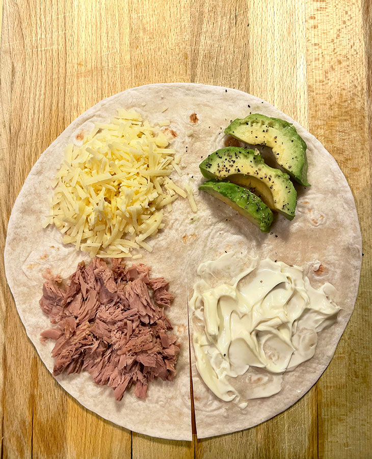 Tortilla sopii suolaisen nälkään. Kuvassa avokado-cheddar-tonnikala-tortillawrap.