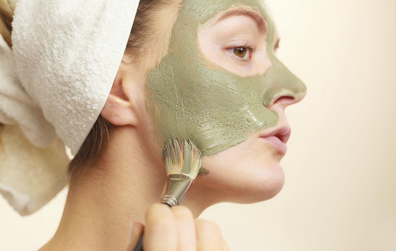 Laajentuneita ihohuokosia ei voi pienentää, mutta niiden näkyvyyttä voi vähentää käyttämällä syväpuhdistavaa naamiota pari kertaa viikossa.