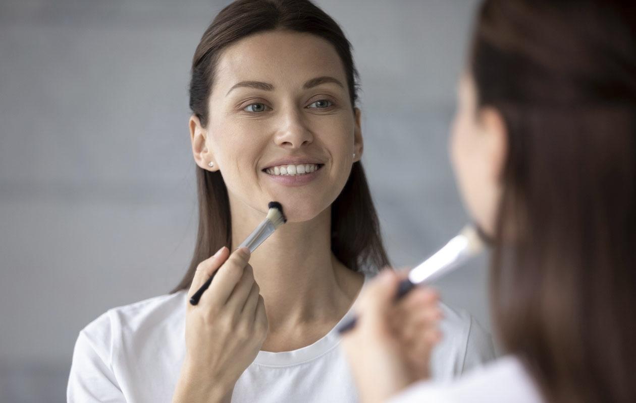 Jos haluat meikkivoidetta vain ohuen kerroksen, suosi sivellintä. Siveltimellä on myös kätevä korjailla meikkiä päivän mittaan: rajat saa häivytettyä.