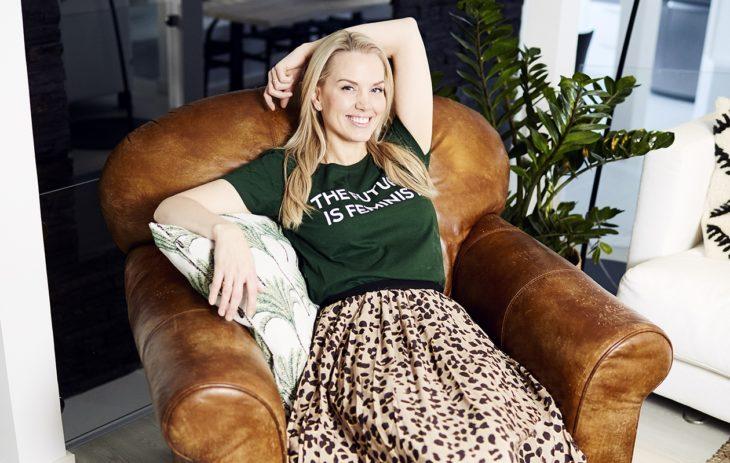 – Rakastan kontrasteja ja kantaa ottavia t-paitoja. Siksi pidän tämän Vihreiden Naisten t-paidan ja pari vuotta sitten Ratsulasta ostamani leopardikuosisen Hugo Bossin vekkihameen yhdistelmästä.