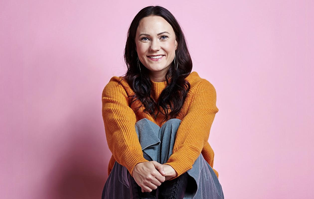 Mira Luoti, 42, on helsinkiläinen laulaja ja näyttelijä. Hän on mukana Myyrä-ohjelmassa MTV3:lla. Hopeinen tussi -single ilmestyi helmikuun alussa.