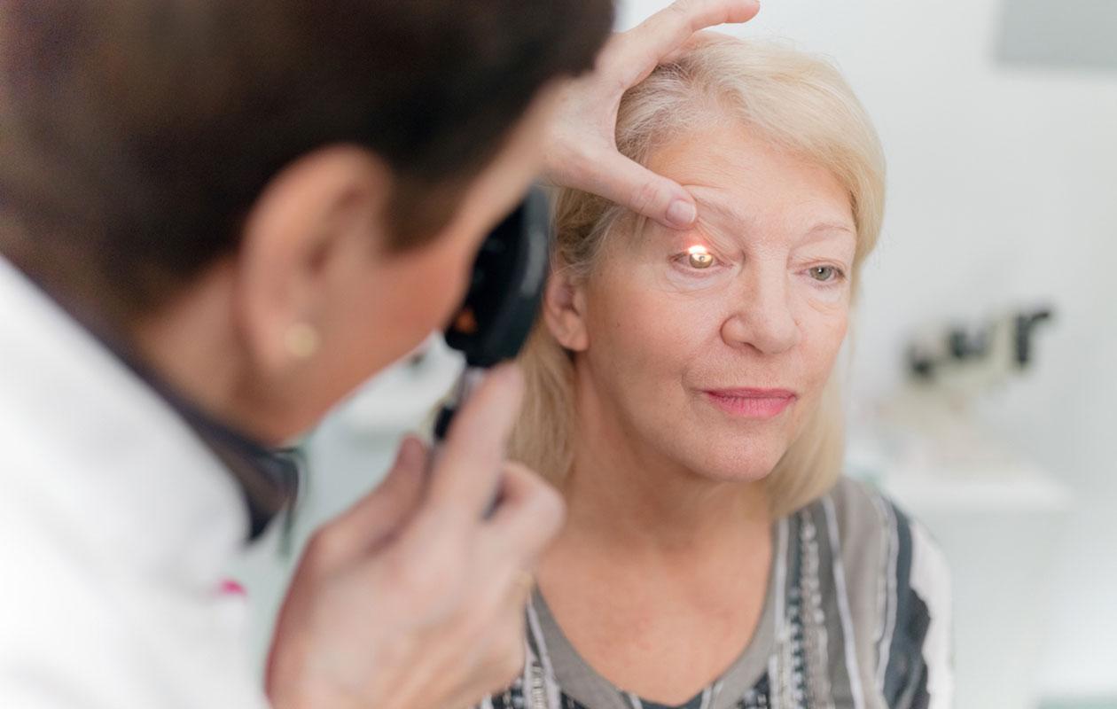 Kaihi heikentää näkökykyä. Kuvassa nainen näöntarkastuksessa.