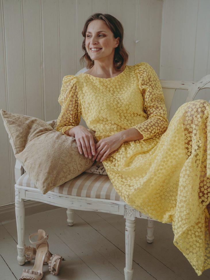 Kevään mekkomuoti suosii läpikuultavuutta. Pitkä mekko näyttää kevyeltä läpikuultavana. Pienillä kukkasilla koristeltu nilkkapituinen mekko 139,99 e, Selected Femme. Avokkaat 192 e, Redshoe.