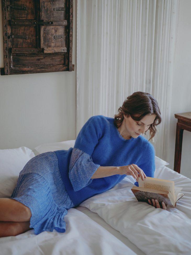 Kevään mekkomuoti. Keväistä mekkoa voi käyttää talvellakin, kun pukee sen päälle pehmeän, lyhythihaisen neuleen. Polvipituinen printtimekko 165 e, Second Female. Lyhythihainen kašmirneule 279 e, Balmuir.