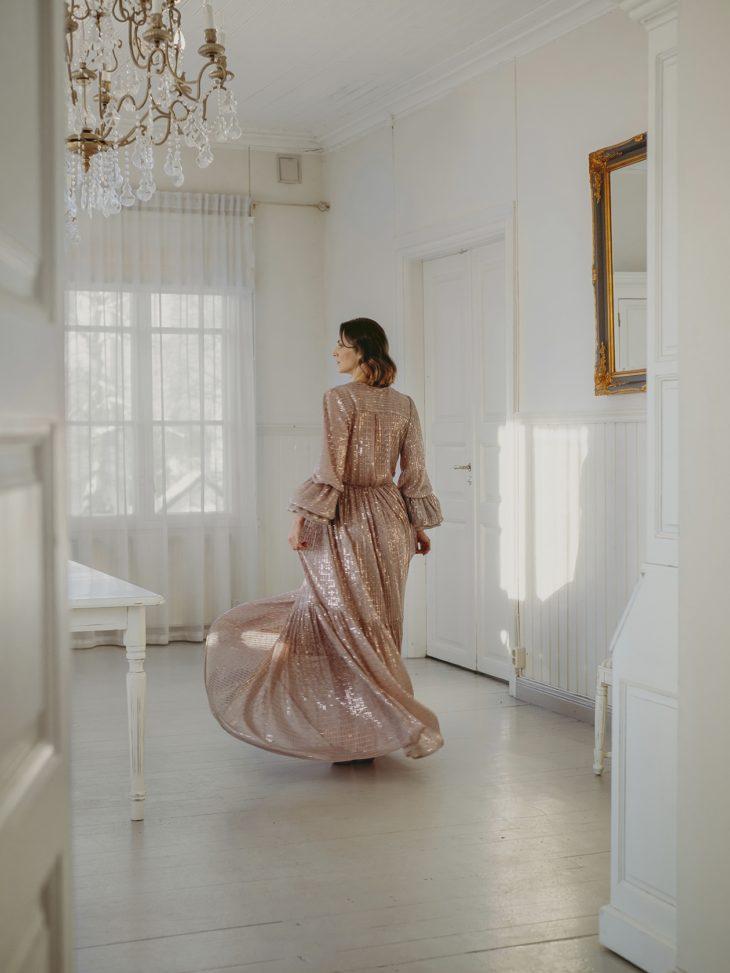 Kevään mekkomuoti 2021. Hennon vaaleanpunaisen mekon kangas kiiltelee upeasti, 890 e, Katri Niskanen.