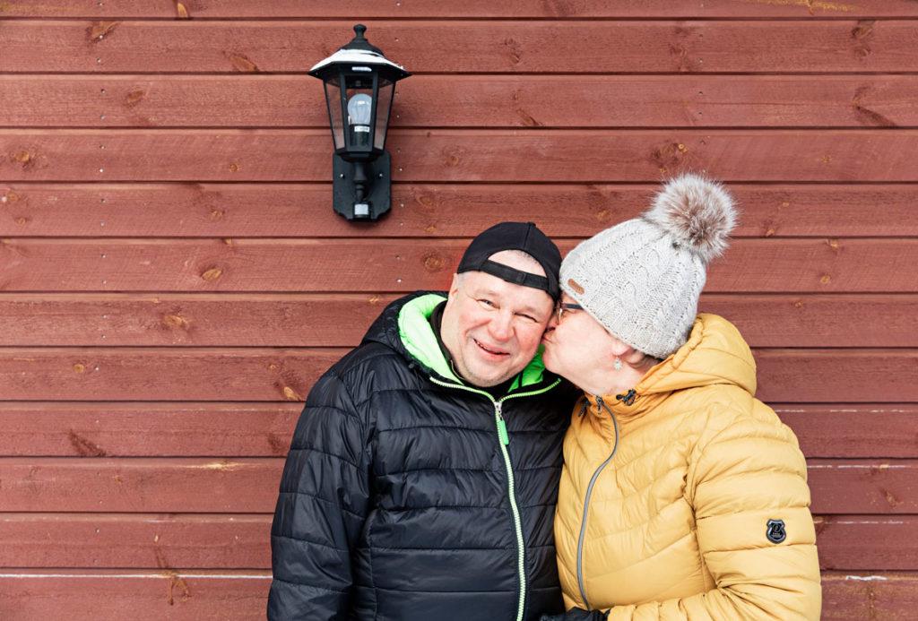Kiteeläiset Pete ja Tiina Uosukainen haluavat puhua ALSista avoimesti ja tarjota sitä kautta vertaistukea muille sairastuneille. Hurtti huumori ja hellyys tekevät arjesta hyvää. – Samalla tavalla pusutellaan ja halitaan kuin ennenkin, Pete sanoo.