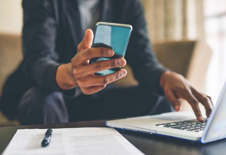 Miten parantaa keskittymiskykyä? Keskittymiskyvyn parantaminen onnistuu, kun laittaa älylaitteet välillä sivuun. Kuvassa henkilö selaa puhelinta.
