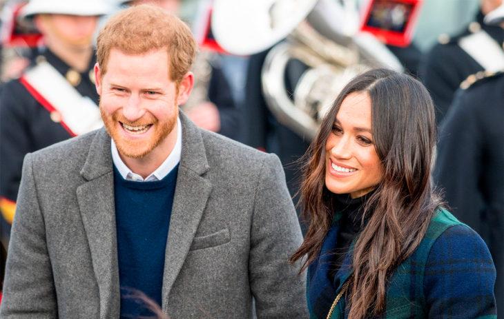 Kuvassa prinssi Harry ja herttuatar Meghan hymyilevät.