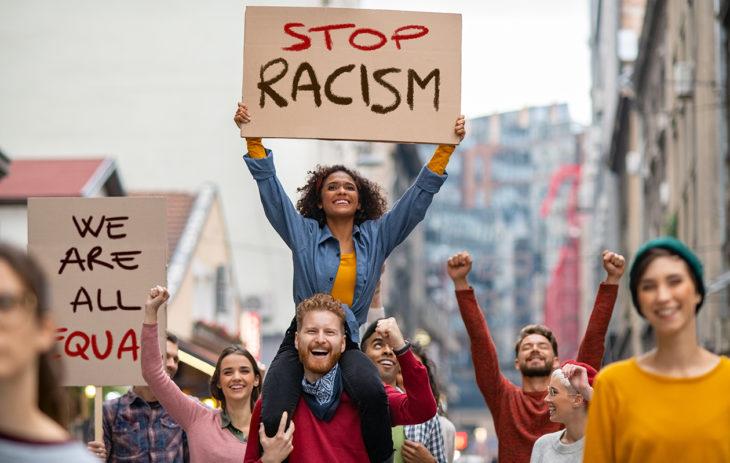 Z-sukupolvi on yhteiskunnallisesti valveutunutta. Nuoret aikuiset osoittavat mieltä rasismia vastaan.