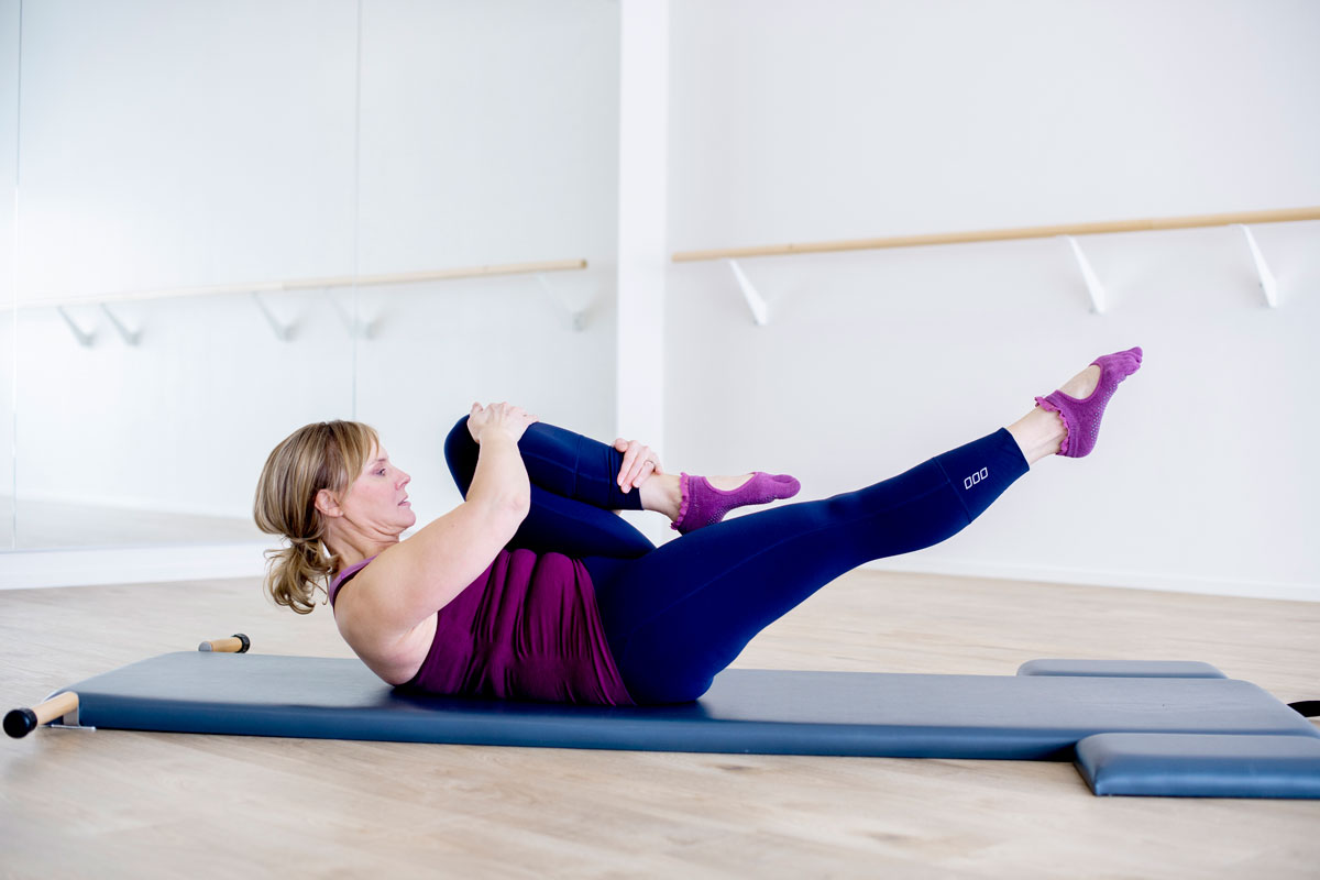Pilates aloittelijalle: liike lisää keskivartalon voimaa ja lonkkien liikkuvuutta.