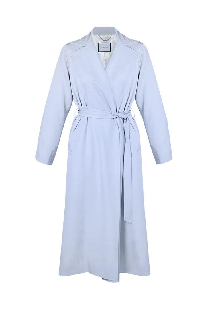 Pitkässä takissa ei ole nappeja, vaan se kurotaan kiinni vyöllä, 639 e, Andiata, koot XS–XL.
