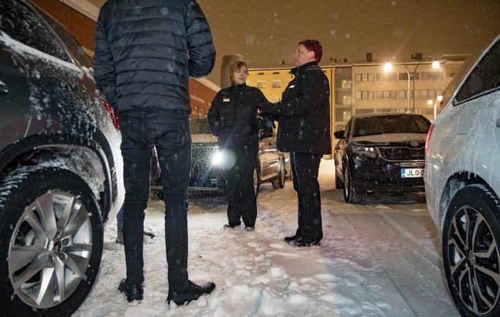 Nina vaihtaa kuulumisia kollegojensa Jenny Lindqvistin ja Teemu Kaura-ahon kanssa.