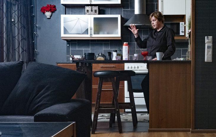 Ninalla on tapana käydä kotona puolenyön aikaan tekemässä eväitä ja keittämässä kahvia.