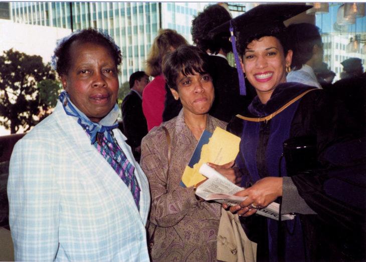 Kamala Harris vastavalmistuneena oikeustieteilijänä. Keskellä Shyamala-äiti ja vieressä Kamalan ensimmäisen koululuokan opettaja.
