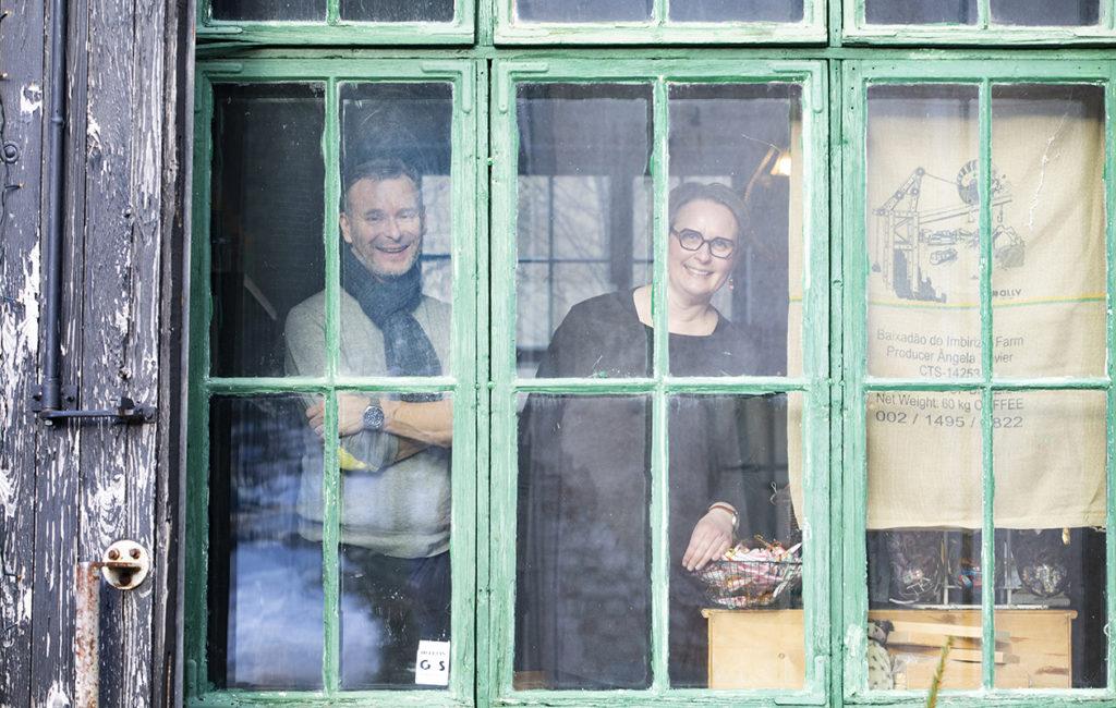 Heikki Varonen ja Krista Gustafsson ovat seinänaapureita yrittäjinä. Heikillä on ravintola. Krista pitää kahvilaa ja kahdeksan vierashuoneen hotellia.