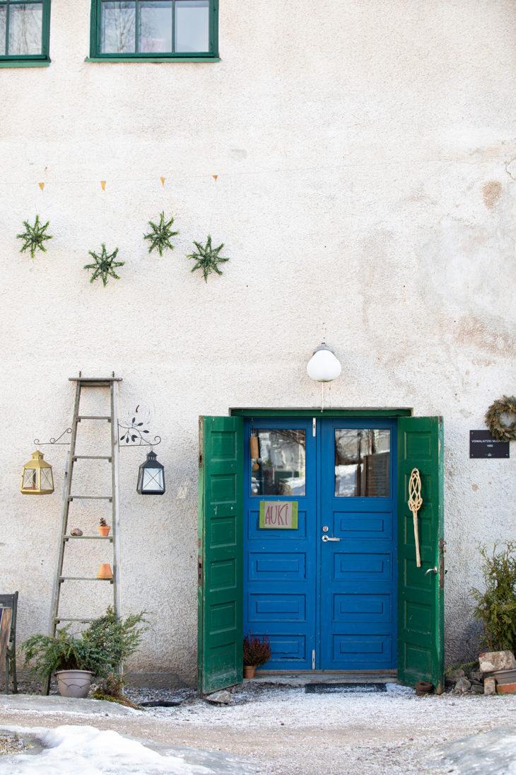 Ovet ovat houkuttelevasti auki, vaikka kylässä on hiljaista eikä matkailijoita nyt ole.
