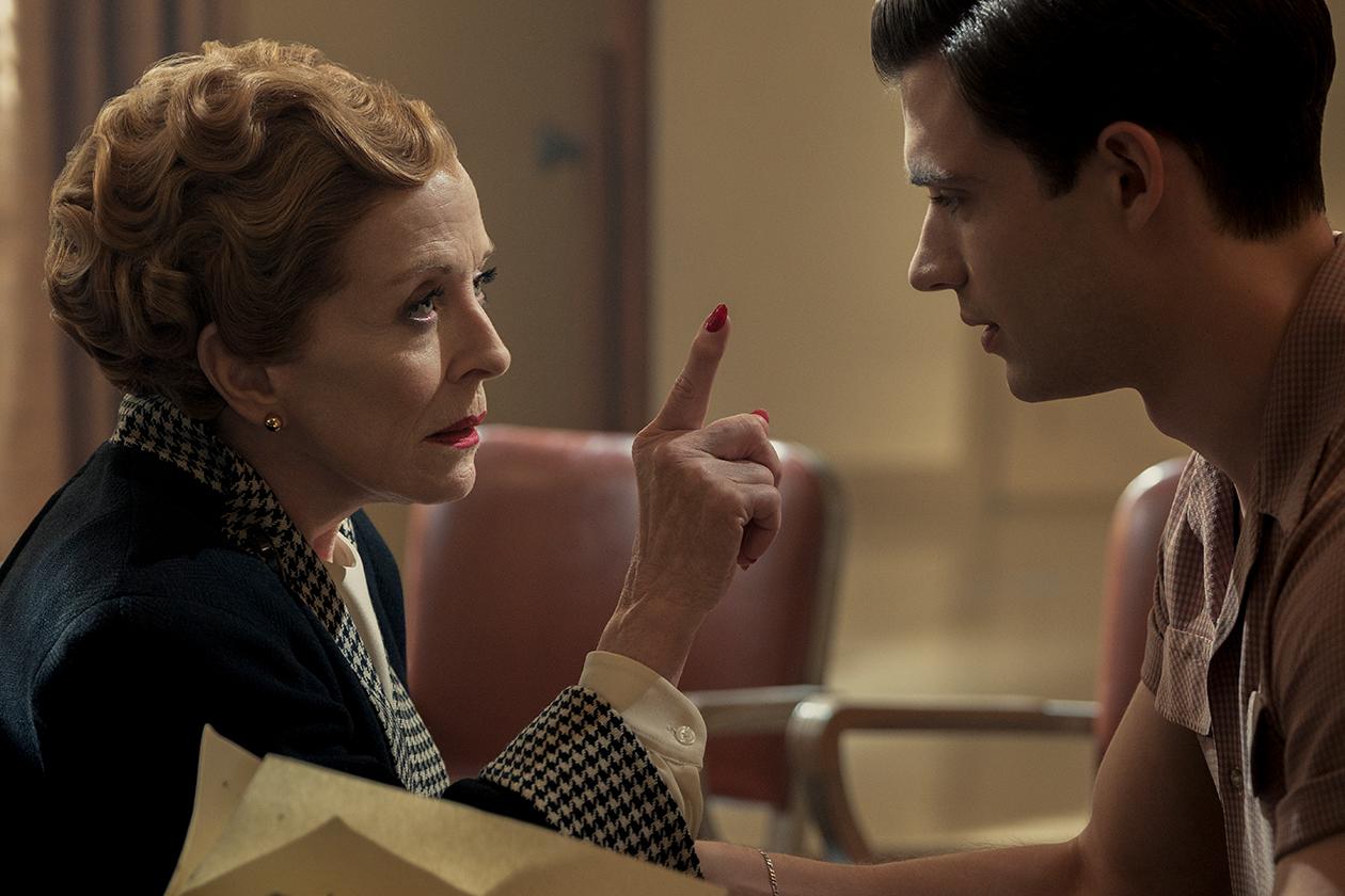 Hollywood-sarjan nais- ja mieshahmo keskustelevat vakavina.