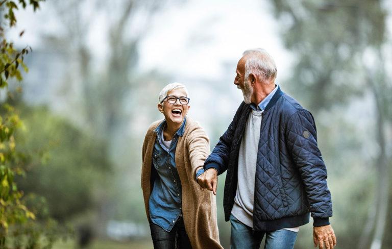 Onko rakkaasi erilainen vai samanlainen kumppani kuin itse olet? Kuvassa mies johdattaa naiskumppaniaan seikkailuun.