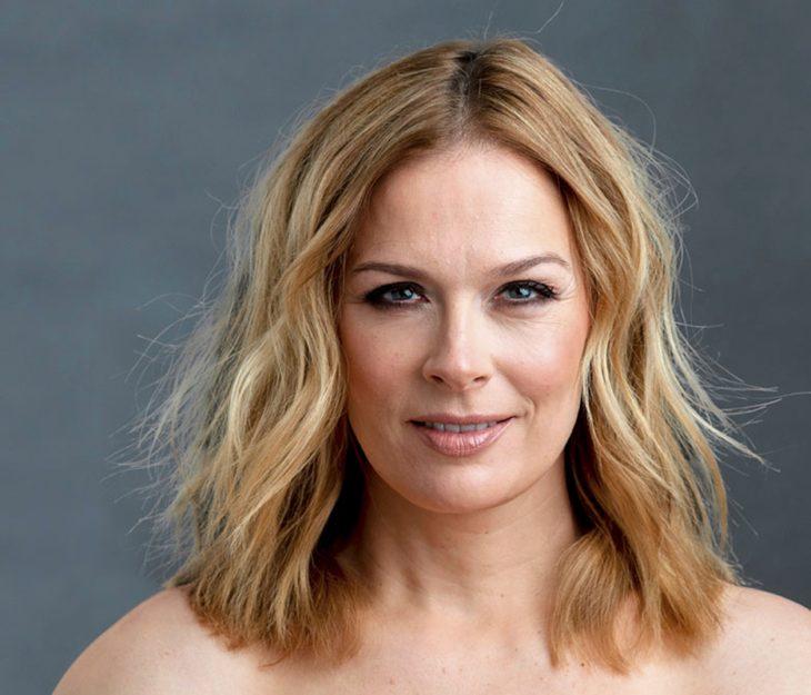 Hiusmallit 2021 suosivat vaalean eri sävyjä. Pia Pasanen sai ihanat rantalaineet Annan muodonmuutoksessa. Kuvassa Pia Pasanen.