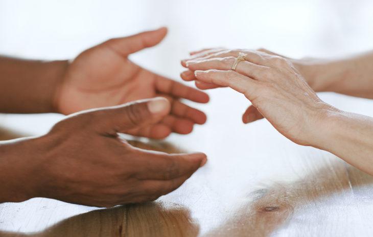 Pariterapia tuo parhaimmillaan puolisot takaisin yhteen: kuvassa kädet ovat koskettamassa toisiaan.