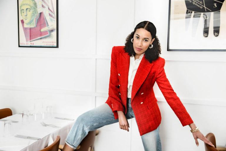 Naisella on yllään kirkkaanpunainen jakku.