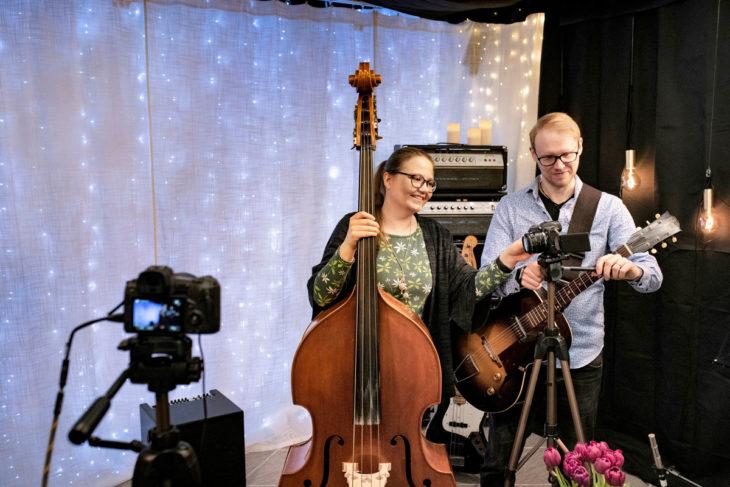 Eeva-Lotta Matikainen yhdessä puolisonsa kanssa studiollaan.