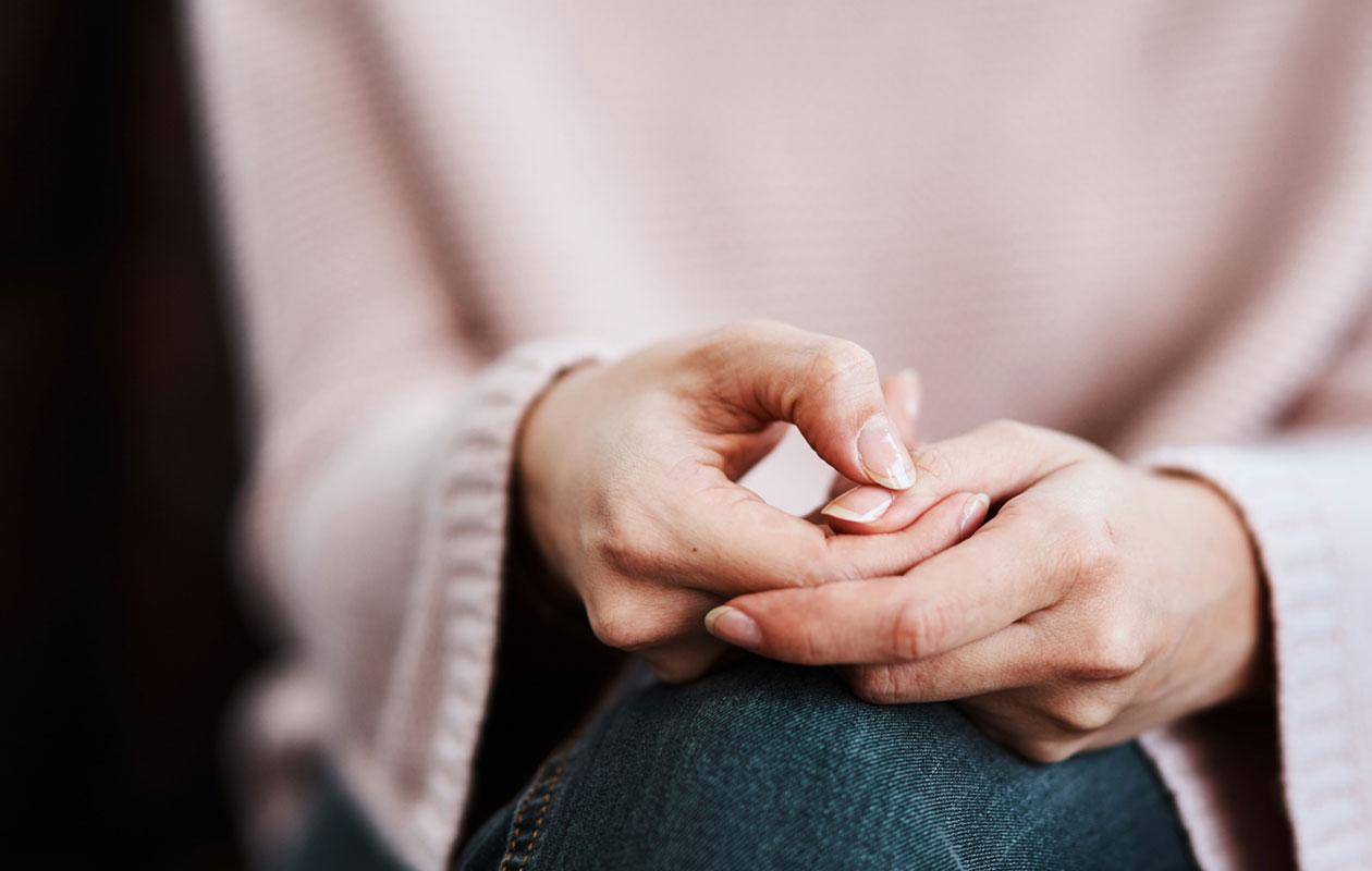 Sosiaalisten tilanteiden pelko voi aiheuttaa ahdistuskohtauksen, johon liittyy esimerkiksi käsien hikoilua.