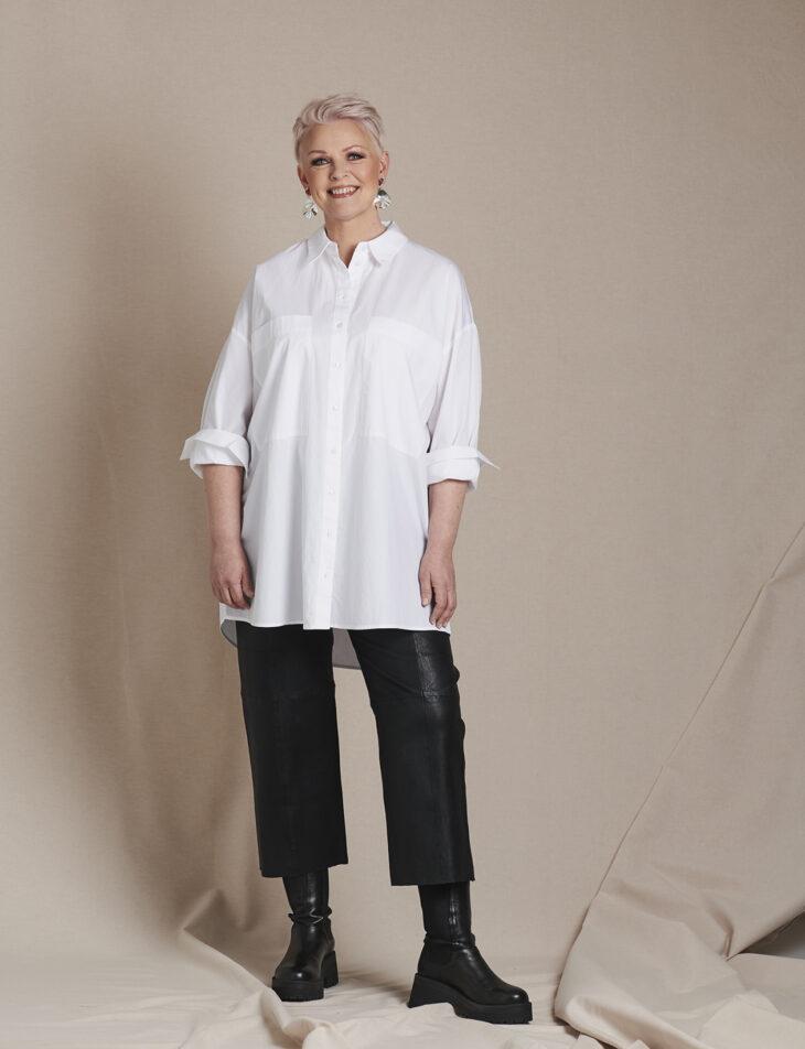 Annan Muuttumisleikin osallistuja Annette Romunen yllään valkoinen paitapusero ja mustat vajaamittaiset housut.