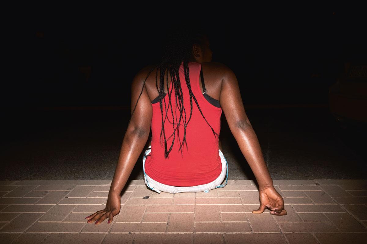 Takaapäin otettu kuva Aurinkorannikolla työskentelevästä prostituoidusta.
