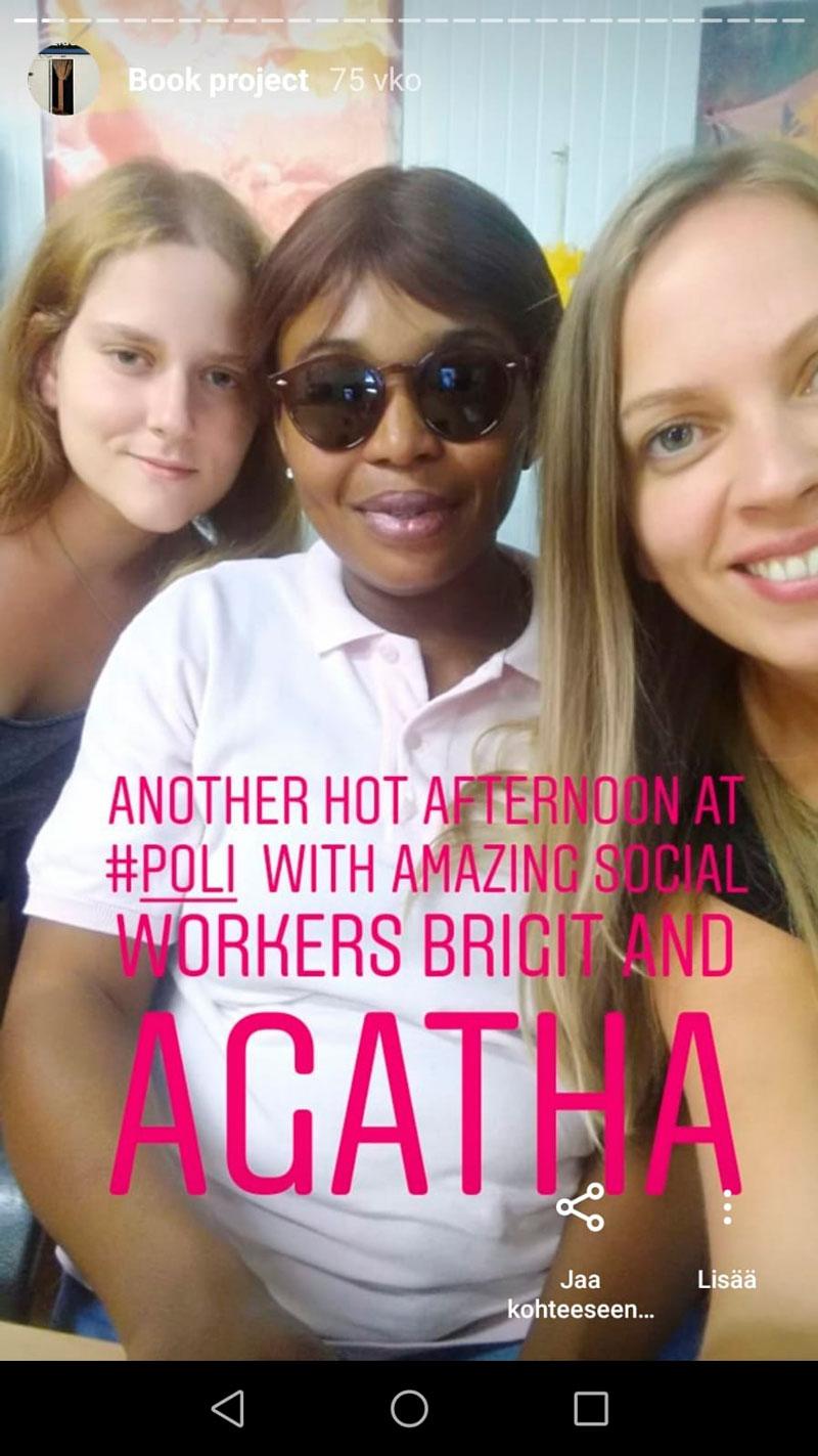 Kaisa Beltran sekä Mujer Emancipadan työntekijät Brigit Sedeño Porta ja Agatha Micheal Ikuni järjestön parakkitoimistossa.