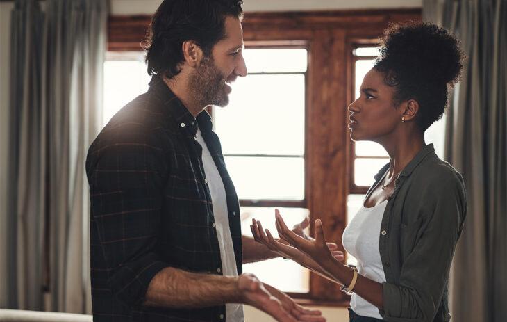 Riitelevä pariskunta. Pelokas kiintymyssuhde voi saada aikaan ärhentelyä ja tiuskimista.