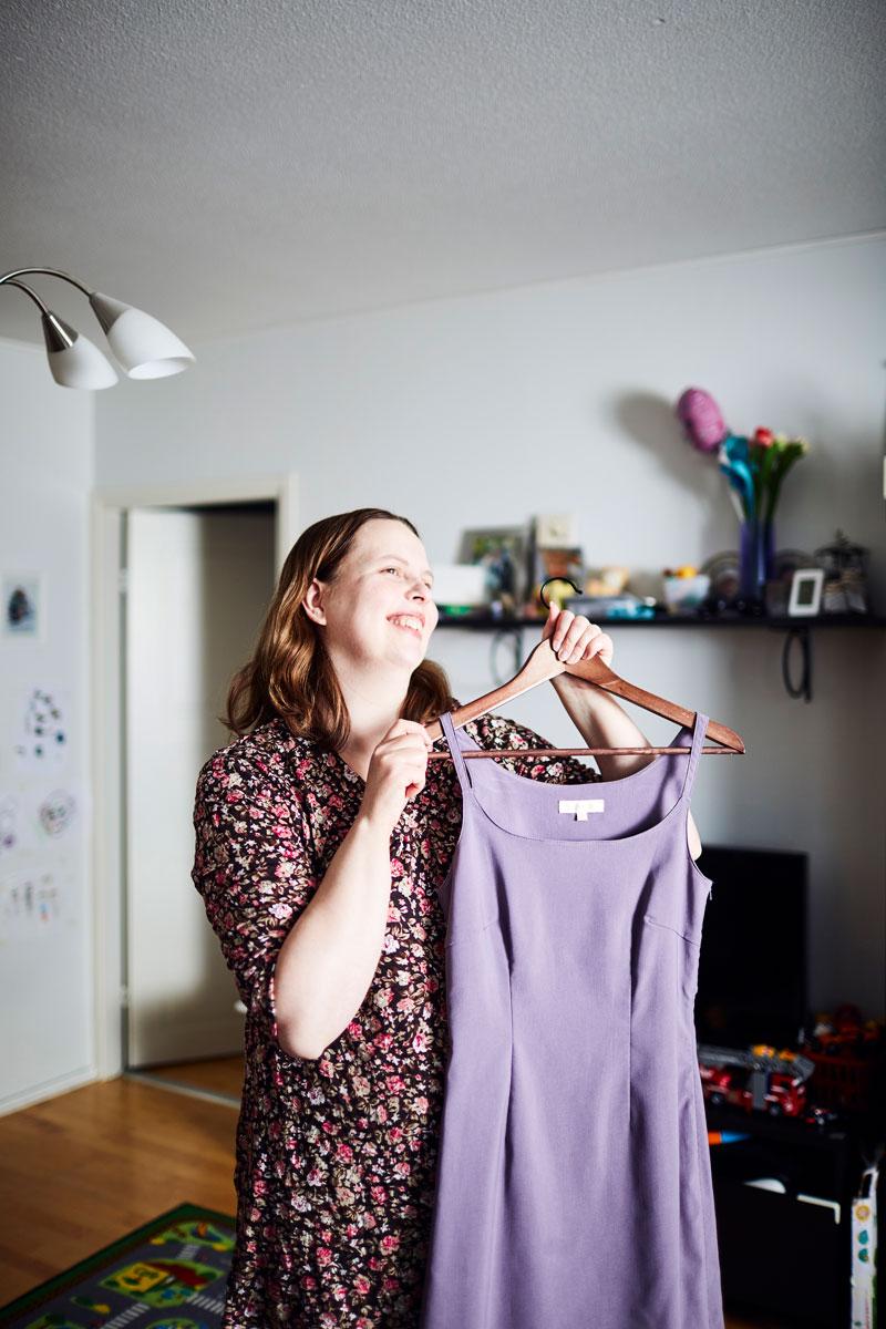 Paula Peltonen esittelee vaaleanviolettia kotelomekkoa, jota hän käytti ylioppilasjuhlissaan.