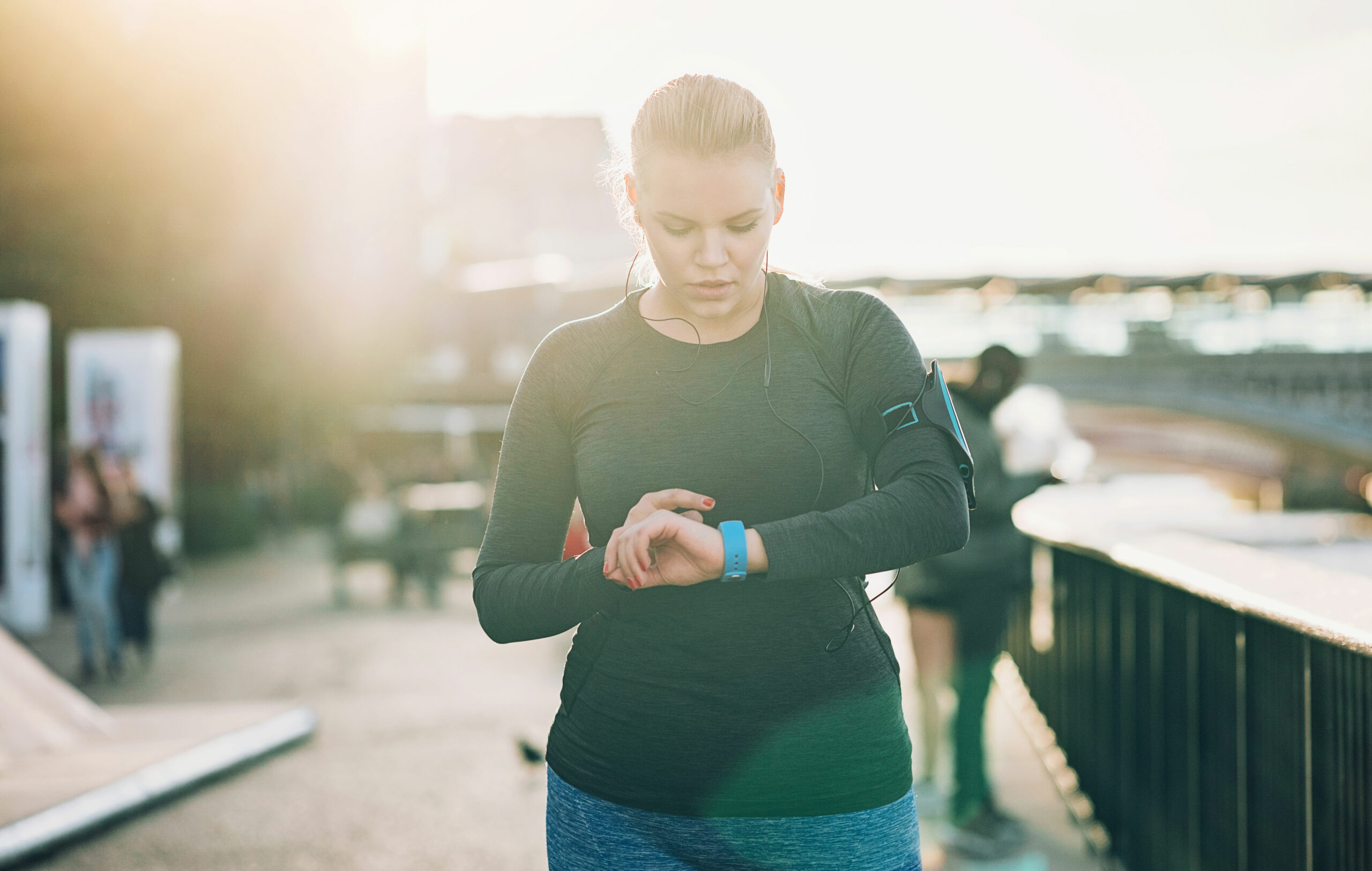 Juoksuohjelma 10 km: nainen katsoo sykemittariaan.