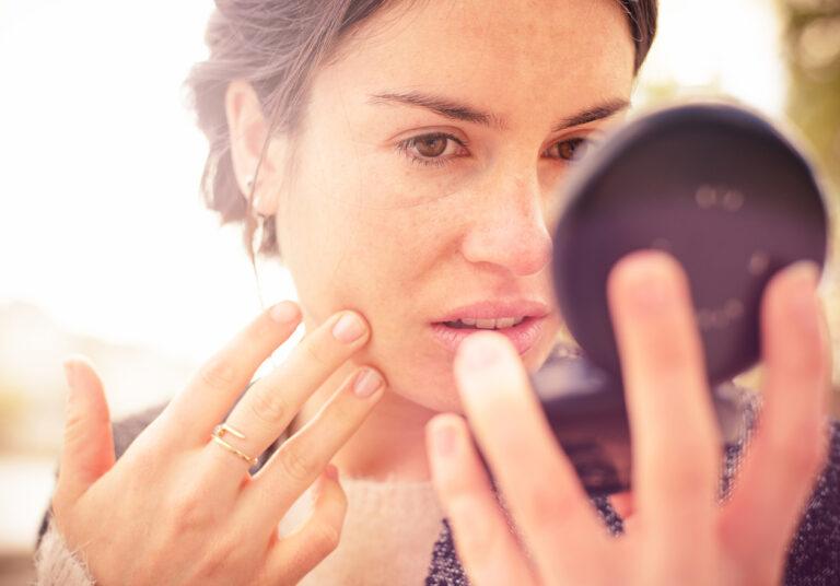 Kosmetiikka-allergia oireilee yleensä muutaman päivän kuluttua altistumisesta allergisoivalle ainesosalle.