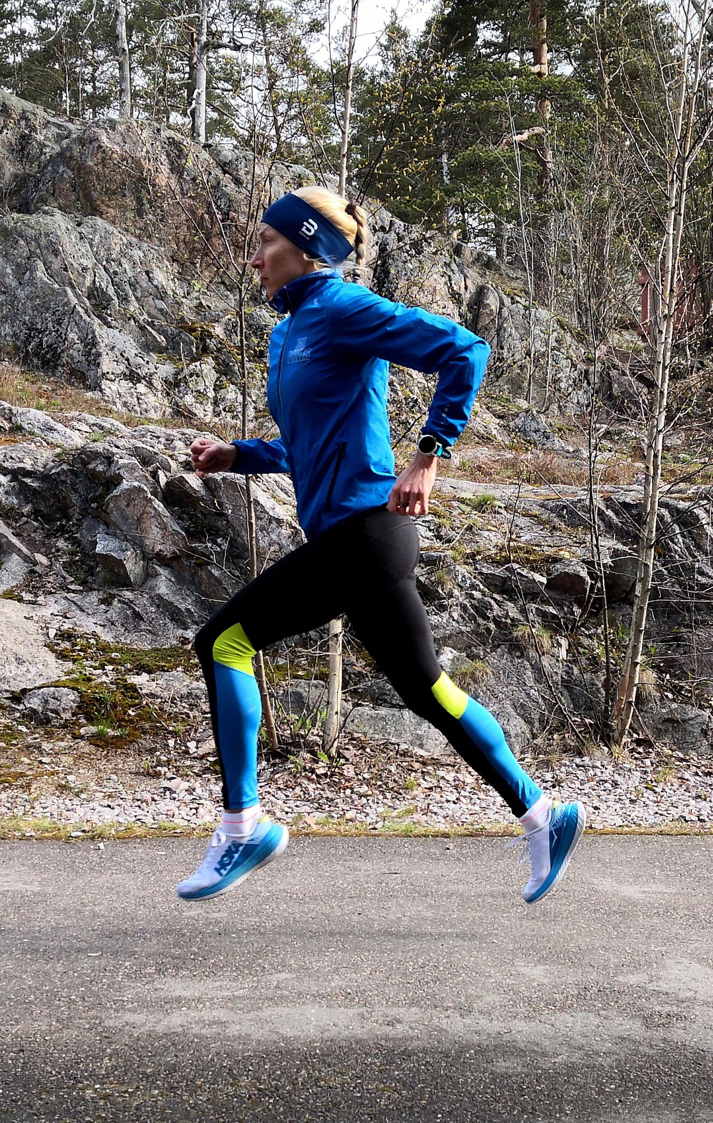 Juoksuohjelman 10 km matkalle laatinut juoksuvalmentaja Minna Syvälä lenkillä