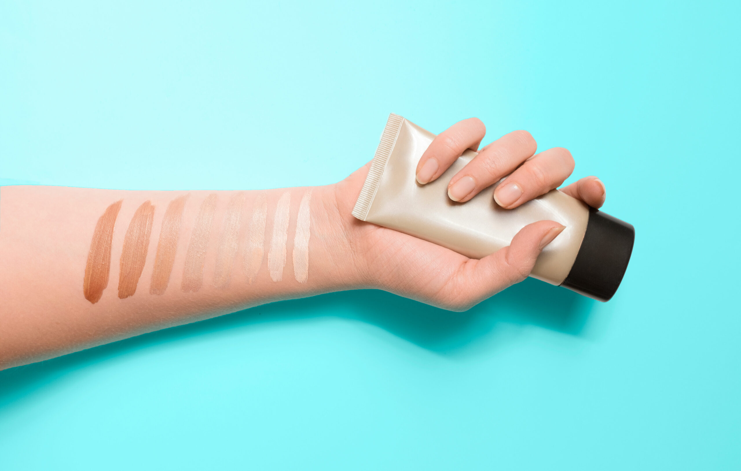 Meikkivoidesävyjä kokeiltuna käden sisäsyrjään