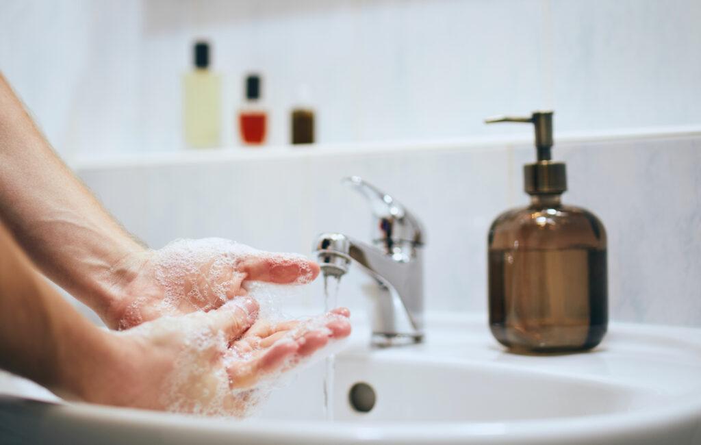 Käsipesulla. Natriumlauryylisulfaatti voi olla syy käsien ihon kuivumiseen.