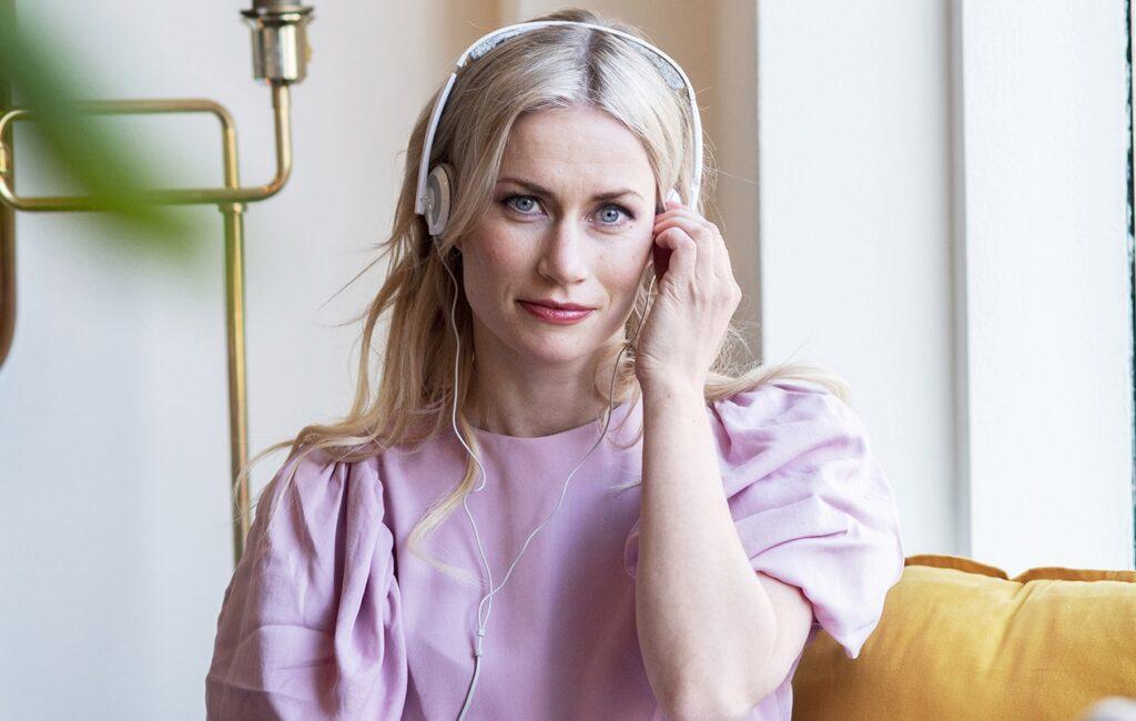 Minka Kuustonen ottaa itselleen omia hetkiä istumalla kahvilassa sekä kuuntelemalla podcasteja ja äänikirjoja.