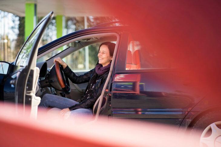Katja Palm nauraa autossaan.