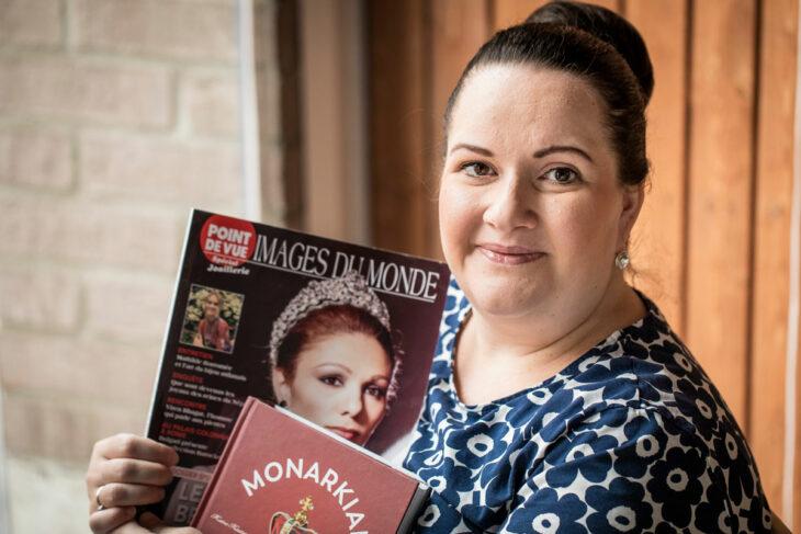 Niina Puikkonen pitelee käsissään kansainvälisiä kuninkaallisia käsitteleviä lehtiä.