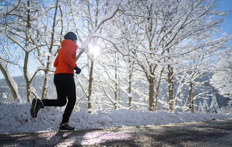 Kurkkukipu juostessa voi pahentua talvisin, henkilö juoksemassa talvella.