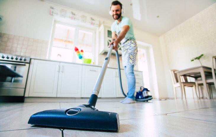 Pölypunkki pysyy varmiten poissa, kun kodin siivoaa tarpeeksi usein pölystä.