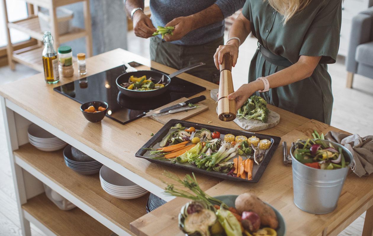 Kumppanin elämäntavat vaikuttavat myös parisuhteen toiseen osapuoleen. Kuvassa puolisot laittavat yhdessä ruokaa.