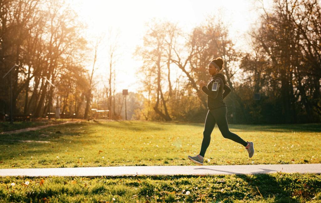 Juoksuohjelma puolimaraton – nainen juoksee mukavissa maisemissa
